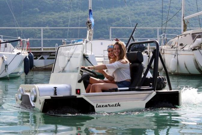 来自法国的水陆两栖车 虽然长的丑但是很实用