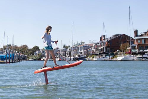 这款电动冲浪板让初学者也能耍帅撩妹