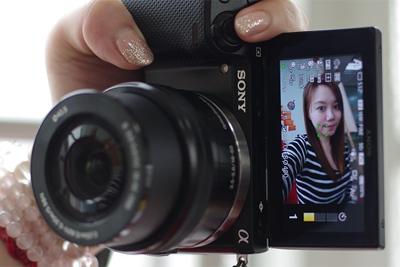 记录与妹子合影的美好瞬间 翻折屏相机推荐