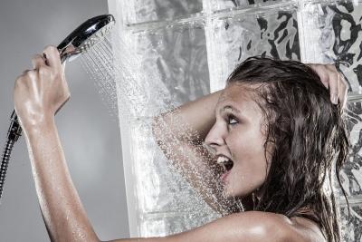 """女子热水器用了10来年不换 你家电器""""超龄""""了吗?"""