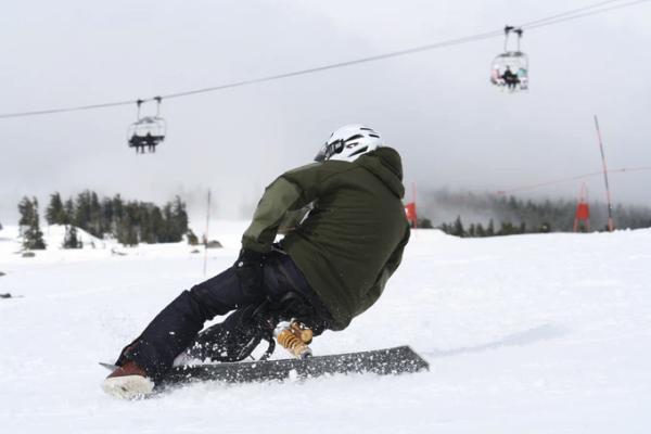 坐着滑雪要流行了?这款滑雪橇号称无师自通
