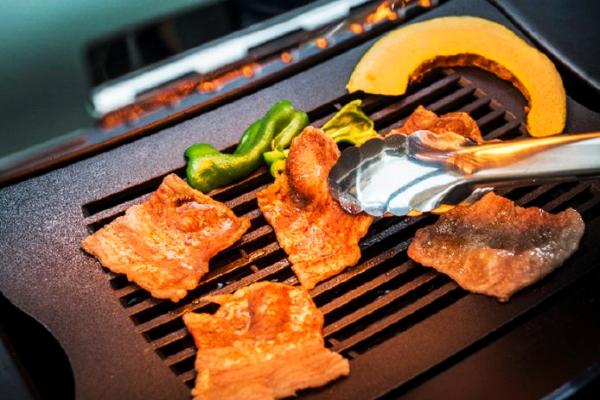 桌上无烟烤肉机:再也不用担心烤肉有油烟了