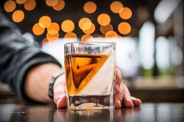 有趣的杯具 设计师用玻璃杯带给你冰火两重天