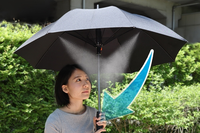 阳光毒辣的夏天 需要这把自带喷雾风扇的遮阳伞