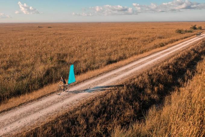 """自行车加上可伸缩""""帆"""" 也能借助风力前行"""