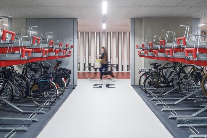 荷兰建成世界最大自行车库 可骑车转乘火车