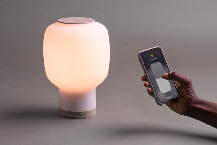 一款可移动的无线台灯 也能当作充电器用