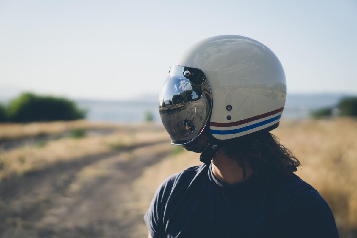 居然还有电饭煲头盔 警察叔叔回应:不安全!