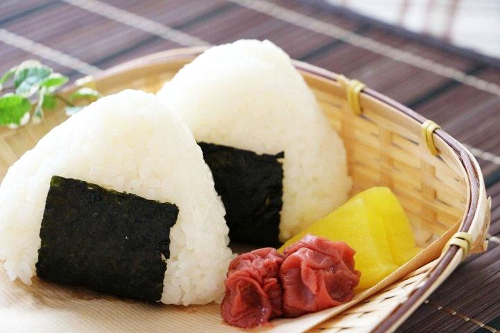 """日本推出能""""喝""""的饭团 适合加班秃头的社畜们"""