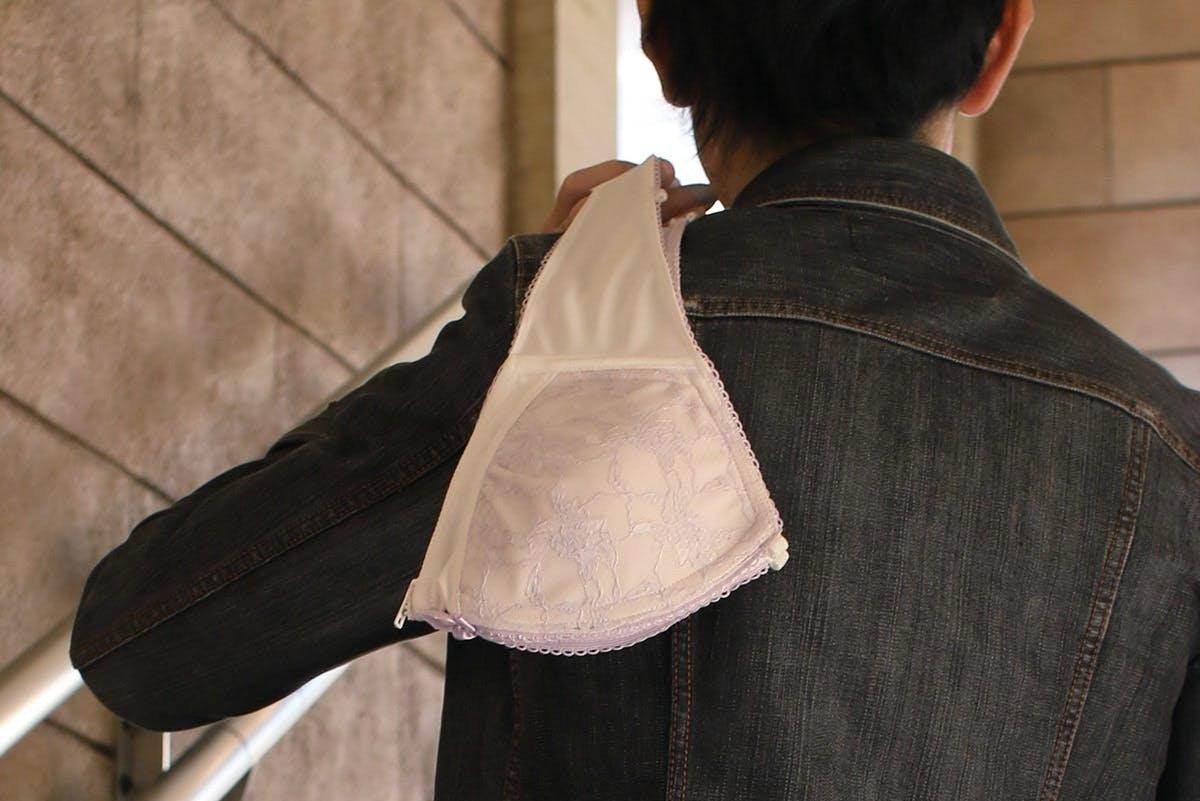 日本设计出新型胸罩手袋 能装下红包和手机