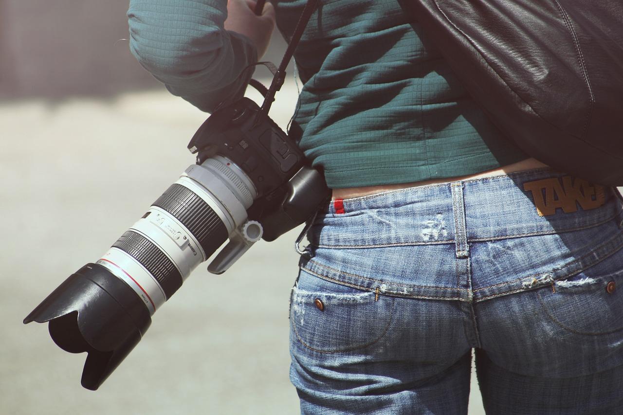花式秀技:摄影师用蜡烛烟灰清洁相机镜头