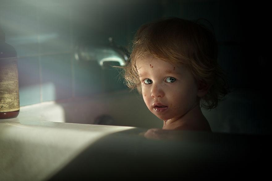 摄影师Sonya Adcock从2008年开始就为她的孩子们拍摄照片。这些唯美的画面记录了孩子们的成长,也记录了下了她们最为天真可爱的时代。她对画面的雕琢非常细腻,将光线和场景的结合把握的非常极致。在不同的空间和场景中,她为孩子们摆出最恰当且自然的动作,借助精巧的构图完成拍摄,温馨又贴近生活。