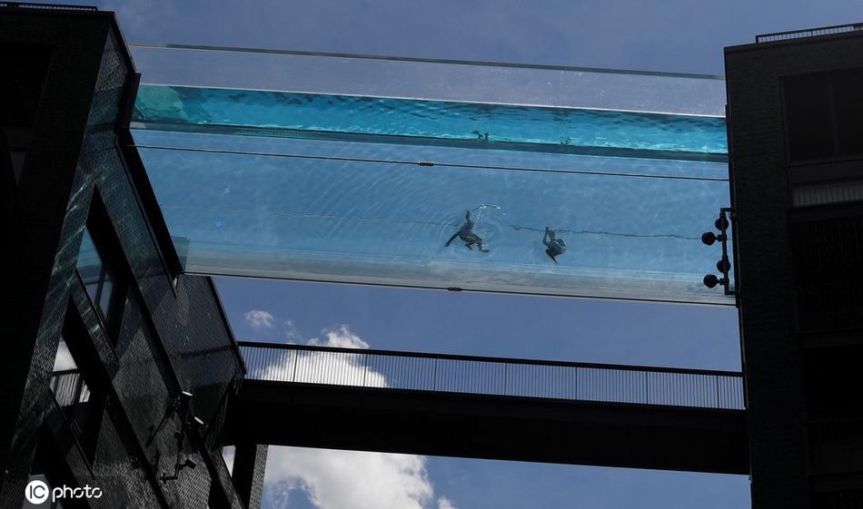 世界首个全透明空中泳池开业 民众360度无死角展现泳姿体验独特