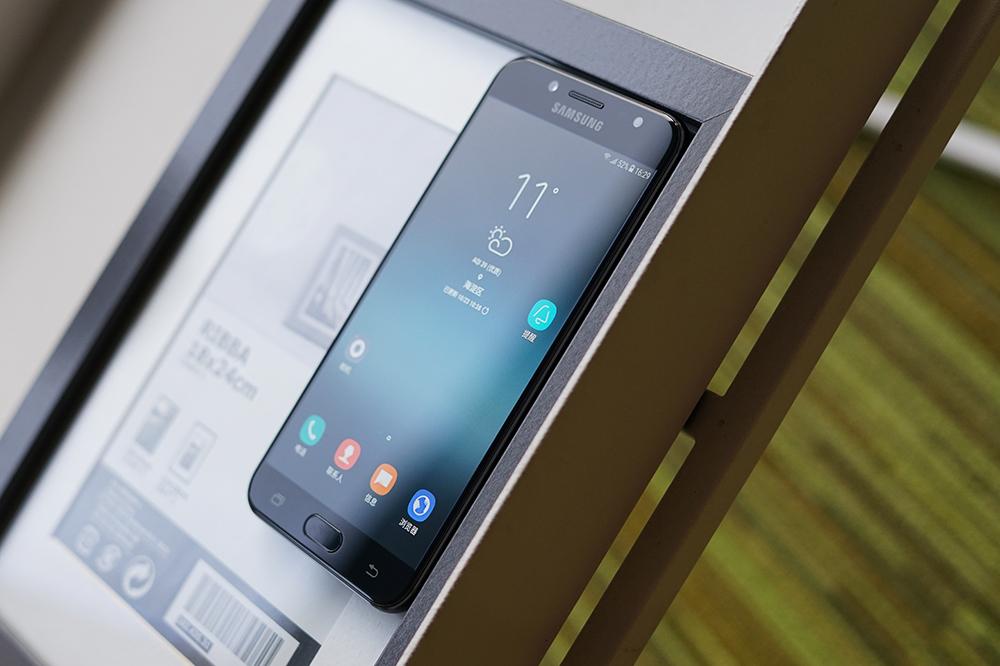 Galaxy C8是三星旗下继Note8之后又一款双摄手机,后置1300万+500万摄像头支持大光圈拍摄,先拍照后对焦等功能。C8采用金属一体化机身,经典天线带设计,两颗摄像头和机身背面融合在一起,没有凸起,手感优秀。另外,这款手机支持当下热门的面部解锁功能。