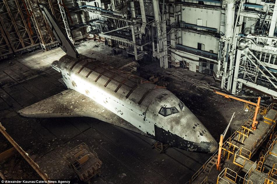 前苏联生锈航天飞机废弃沙漠飞机库:曾见证航天事业辉煌
