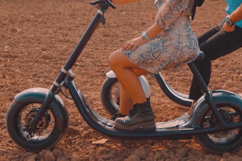 支持自动驾驶的电动摩托车