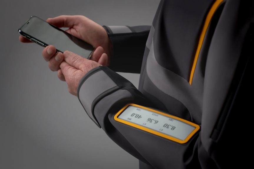世界首个智能帆船外套诞生:柔性墨水屏完美融入衣服