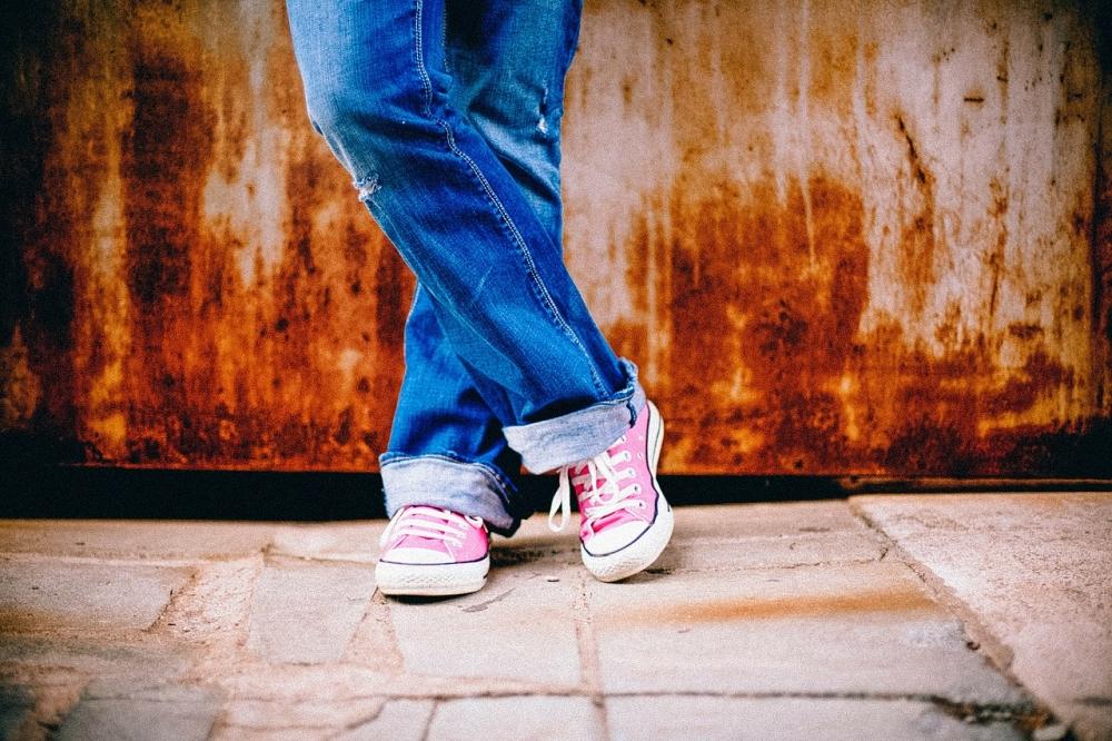 匡威也要做环保鞋了 用人们穿过的牛仔裤