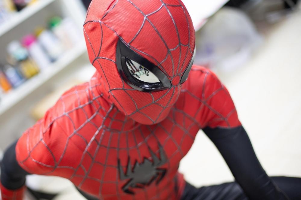 黑科技版蜘蛛侠面具 可跟随穿戴者眨眼动作