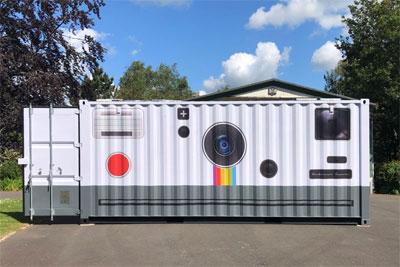 英国摄影师将集装箱改造成巨型相机