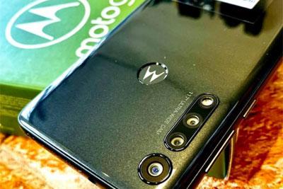 摩托Moto G8 Play真机上手图曝光:6.2英寸水滴屏
