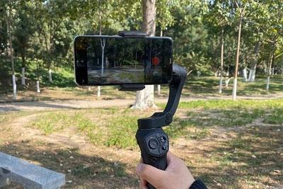 """拍视频谁能"""" 稳""""得住?六款手机稳定器横评"""