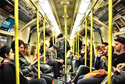 在地铁中捕捉生活点滴的拍摄技巧