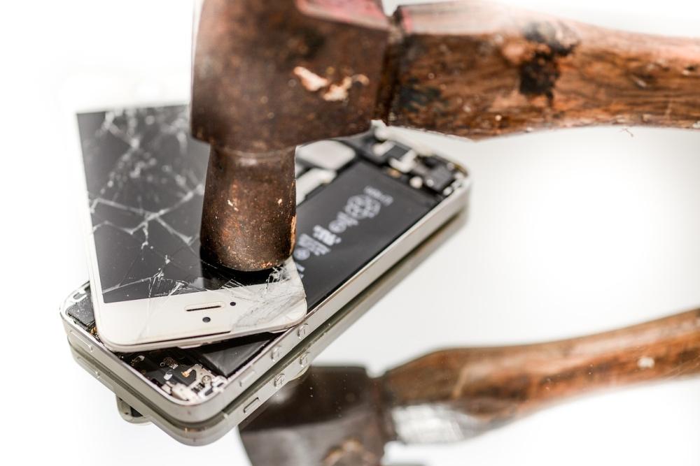 因维修成本高 近7成人坚持使用碎屏手机