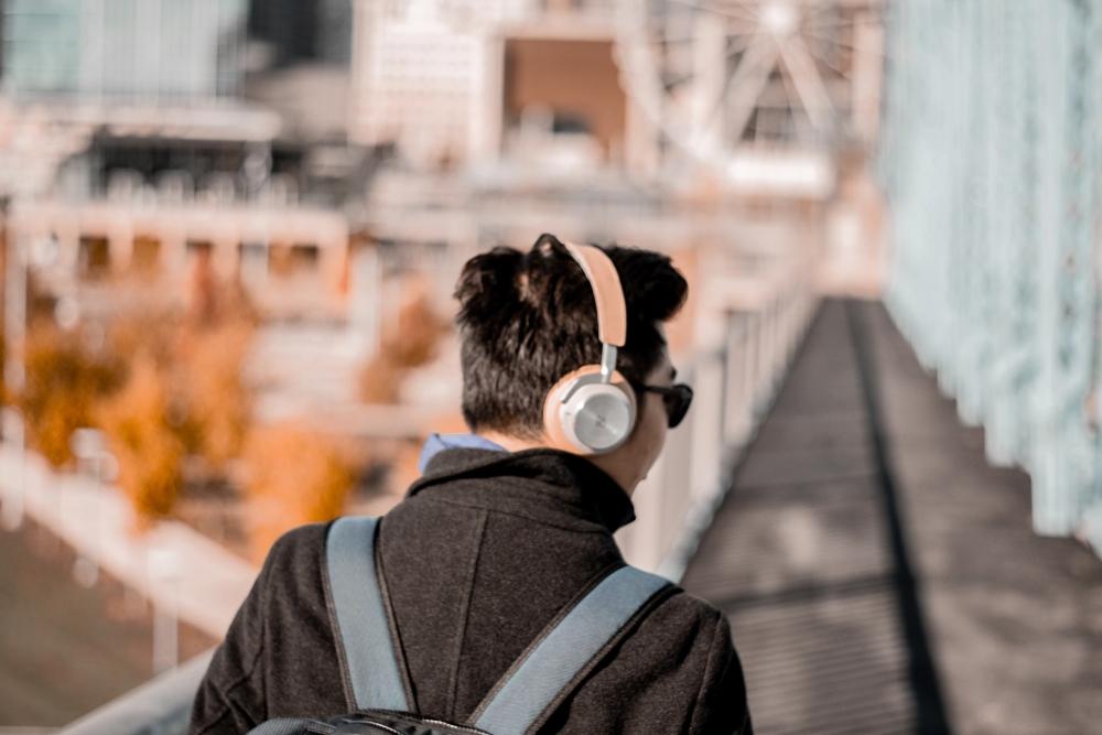 无人机都可以用意念控制了 脑控耳机也要来了