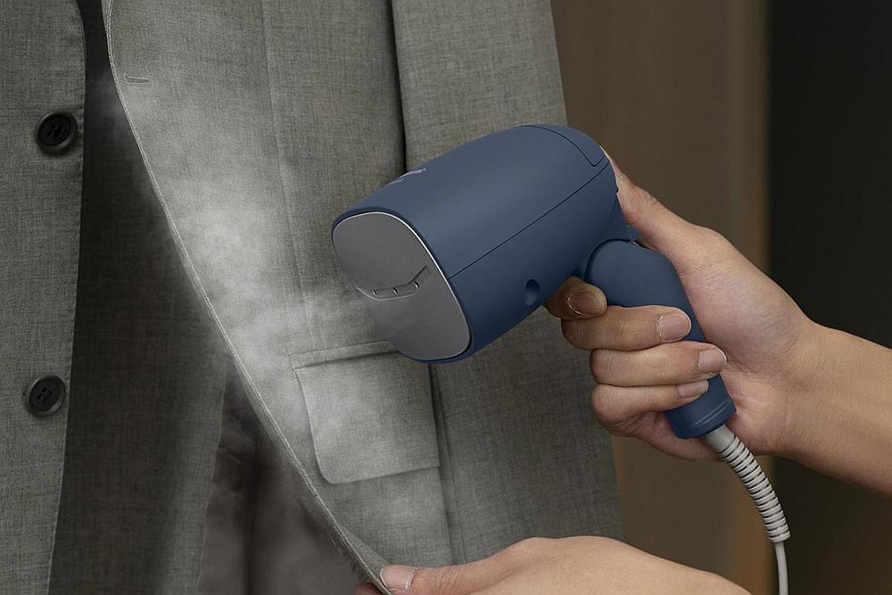 这款迷你蒸汽电熨斗 除了平褶皱还能去除异味