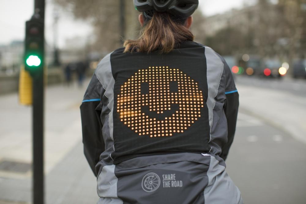 福特设计夹克让骑自行车人用表情符号与司机交流