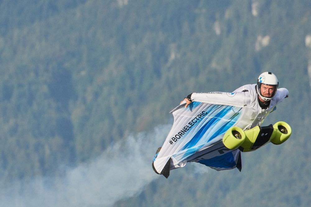 寶馬推出世界首個電動翼裝飛行服