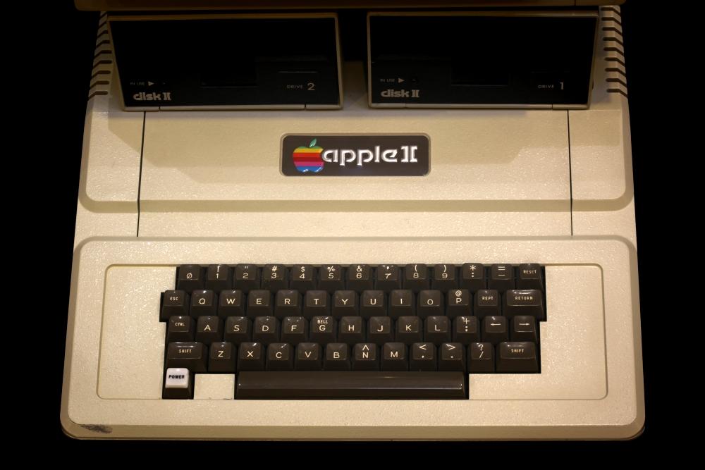 外媒:乔布斯与沃兹签名版Apple II计算机盖将被拍卖