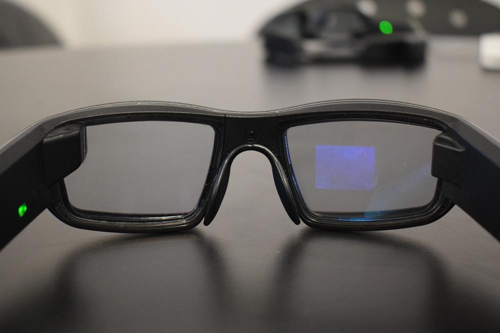 下一代智能眼镜 :透明3D显示功能+免提连接