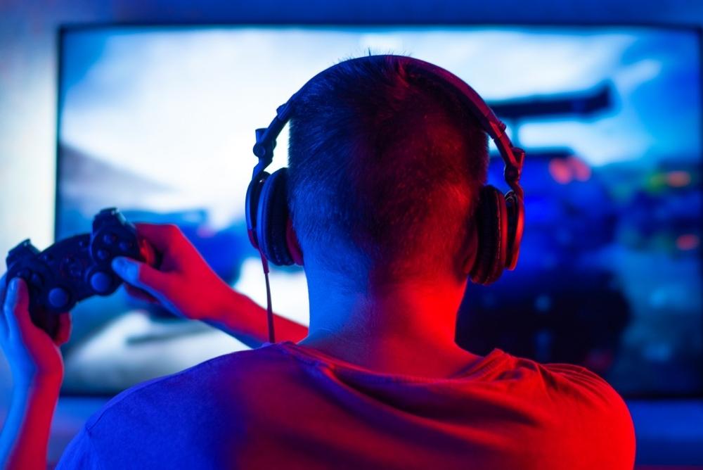 硬核玩家 一旅客在列车上用电视屏幕玩游戏