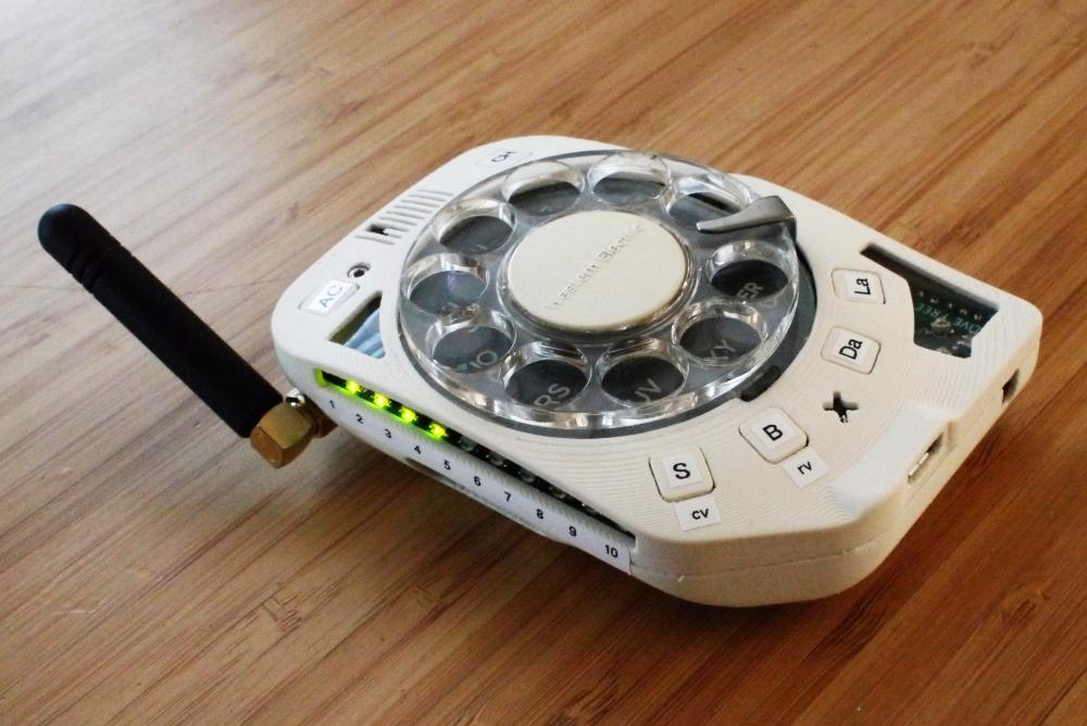 为了戒网 有人自制了一台转盘拨号手机