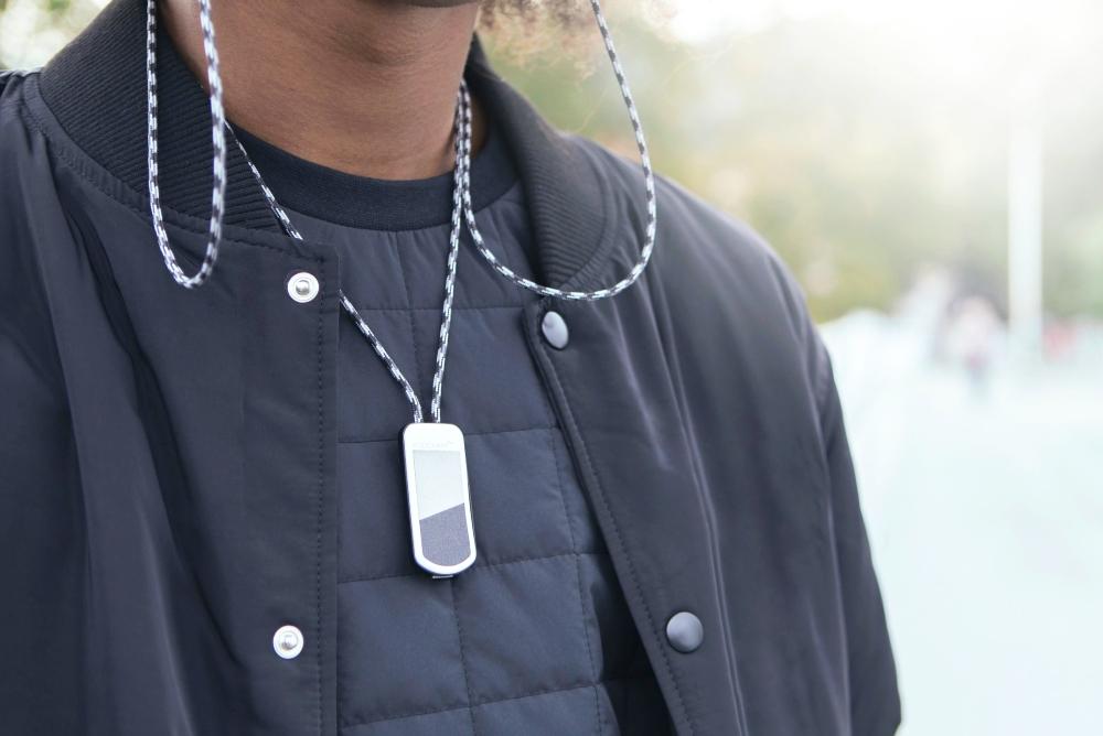 国外厂商发布颈挂式充电绳,可为苹果AirPods(Pro)充电