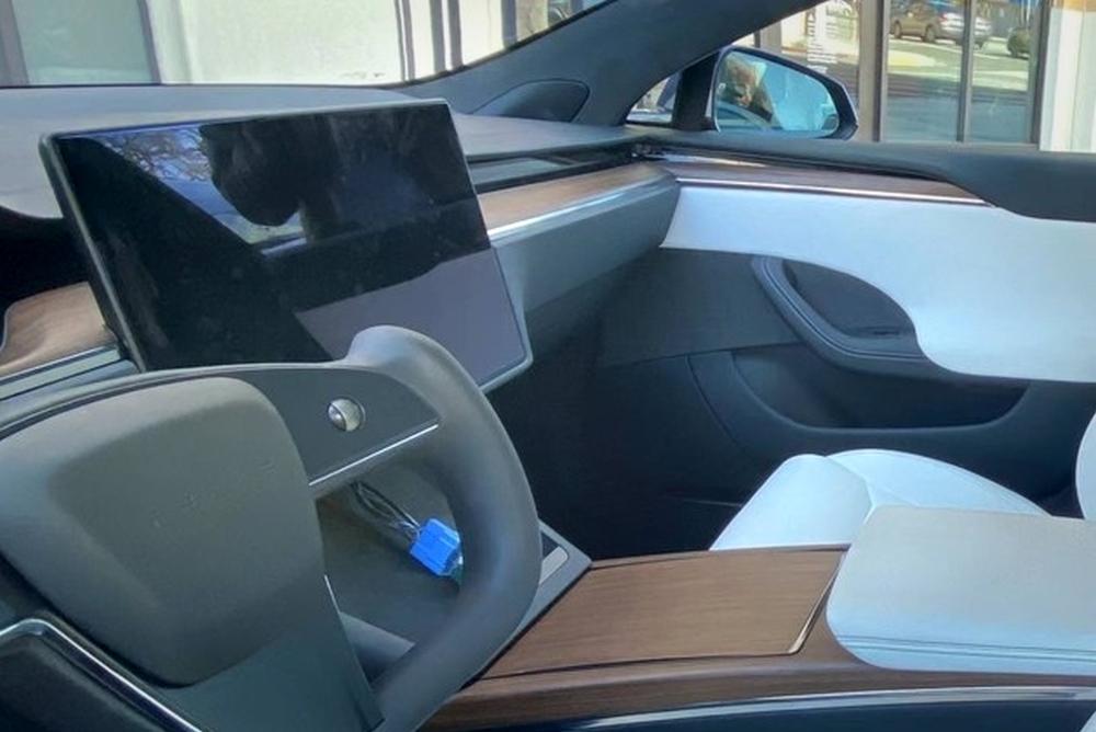 特斯拉新款Model S实车曝光 矩形方向盘大亮