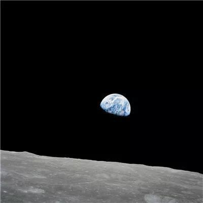 (阿波罗8号宇航员在绕月轨道上拍摄的地球图像。人类有史以来第一次亲眼目睹了自己居住的星球从另一个天体的地平线上升起。图片来源:NASA)