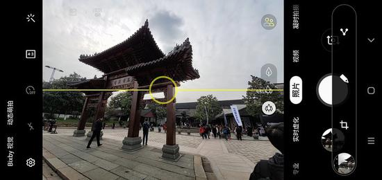 ▲ Galaxy S10 的 AI 辅助拍摄功能,能帮用户根据场景找到合适的拍摄角度