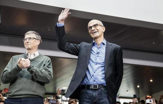 比爾·蓋茨(左)與薩蒂亞·納德拉(右)