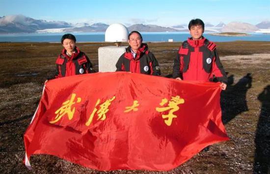鄂栋臣与武汉大学队员在北极卫星观测站前