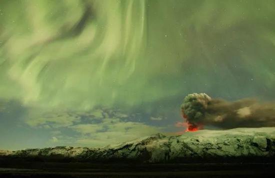 冰岛艾雅法拉火山上空的极光幔(源自美国MSNBC网站)