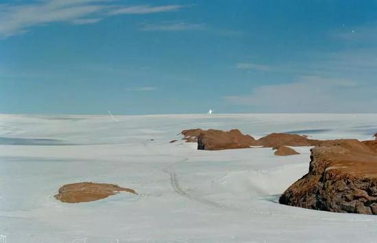 圖9 中山站附近的南極冰蓋(圖片來源:張繼民)