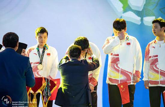 领奖台上的AOV中国队。 亚洲电子体育联合会 图