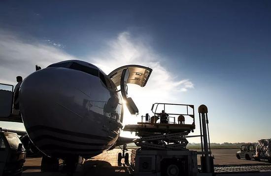 工作人员在江苏南通兴东机场装运顺丰航空的货物。图/视觉中国