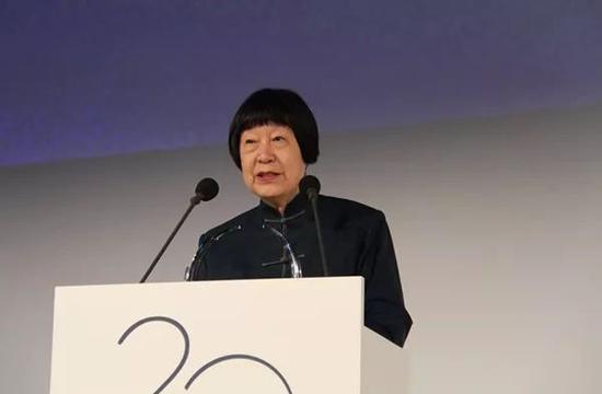 """在法国巴黎,中国科学家张弥曼获颁""""世界杰出女科学家奖""""后致辞。新华社记者 张曼 摄"""