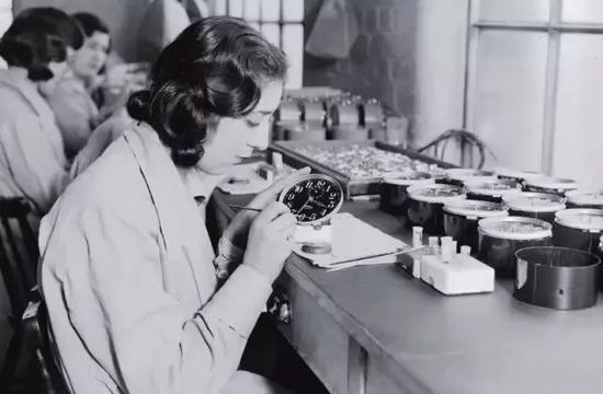 女工在往表盘上涂镭,可达到夜光效果,但很多镭女工却因此丧命