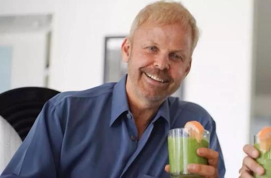 Robert Young端着他宣揚的健康果蔬汁。圖片:Ali Pares
