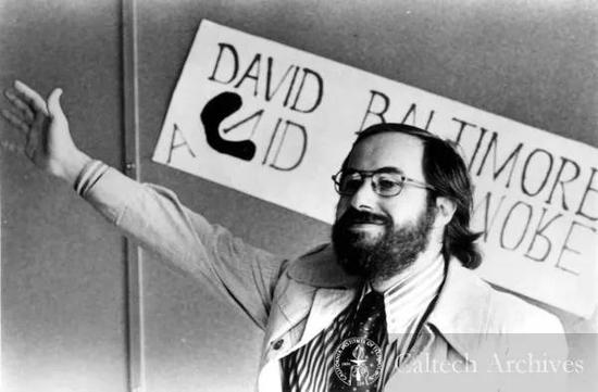 """巴尔的摩教授在1975年因""""发现肿瘤病毒和细胞的遗传物质之间的相互作用""""获得诺贝尔生理学及医学奖,获奖时年仅37岁 图片来源:Caltech Archives"""